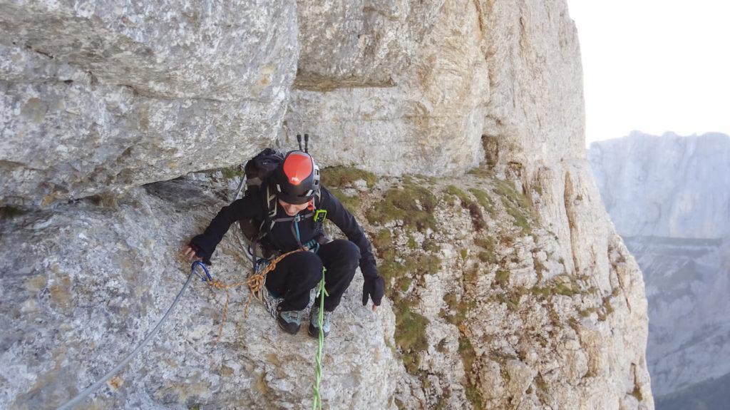 Personne encordée avec casque dans le Passage des Meules, Mont Aiguille