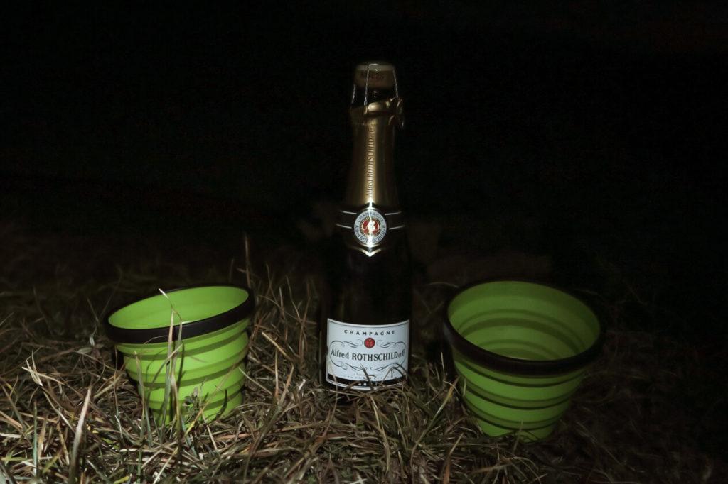 Bouteille de Champagne Rothschild et verres en plastique