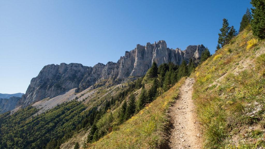 Sentier menant au col de l'Aupet, Mont Aiguille