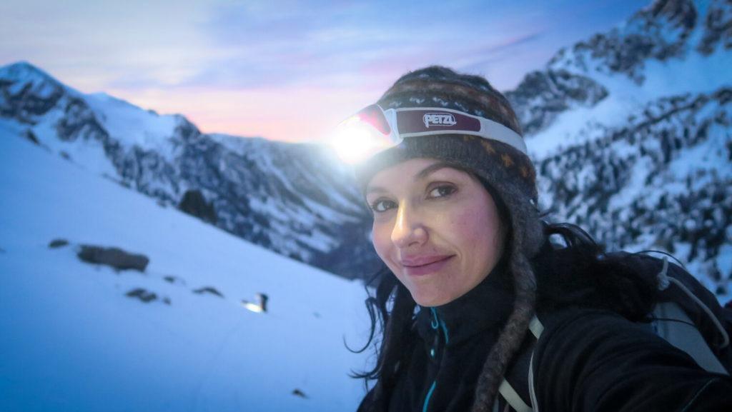 J'ai ma frontale et mon bonnet sur la tête au lever du jour de cette course d'alpinisme