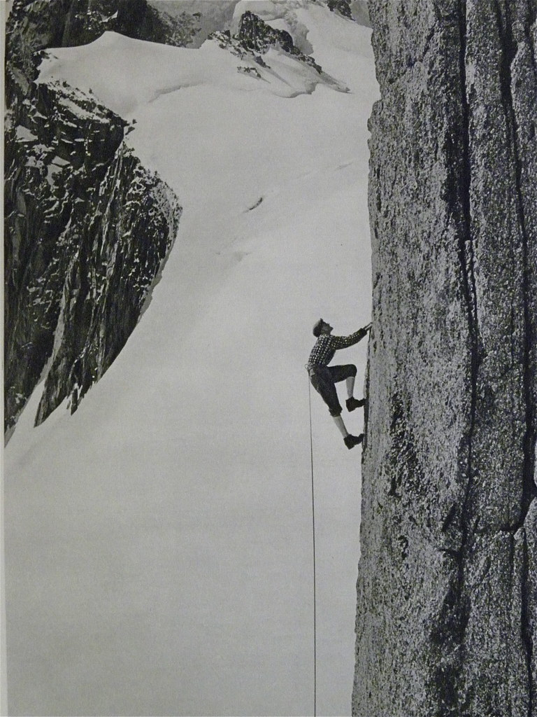 Gaston Rebuffat en pleine ascension, photo en noir et blanc