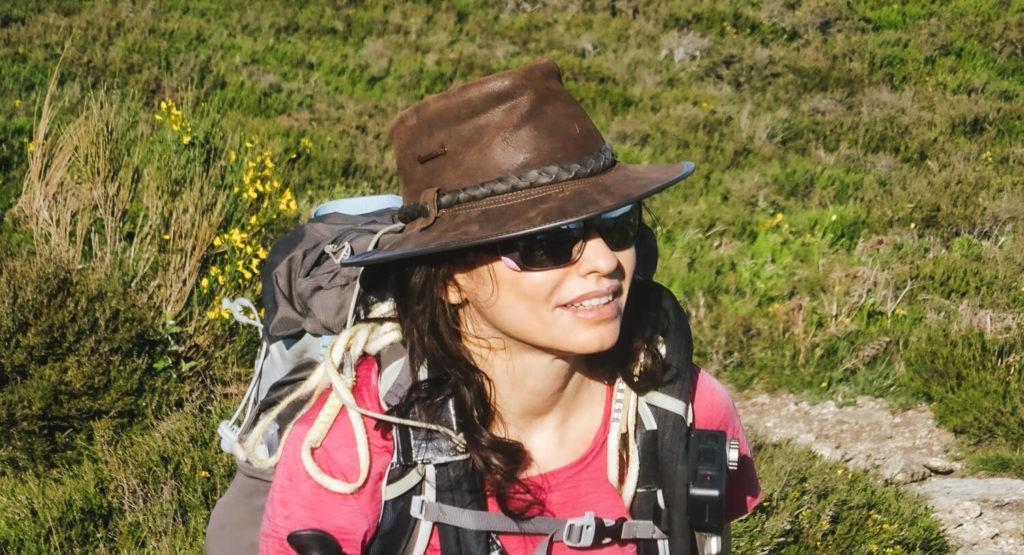 Moi avec sac de randonnée et chapeau