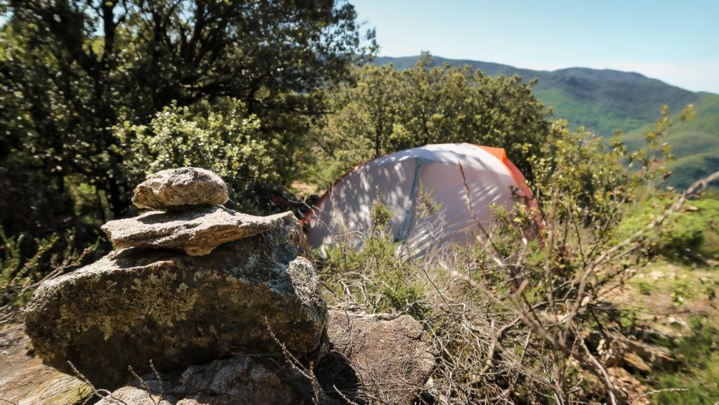 Bivouac méridional au Col de la Pomarède avec tente et cairn