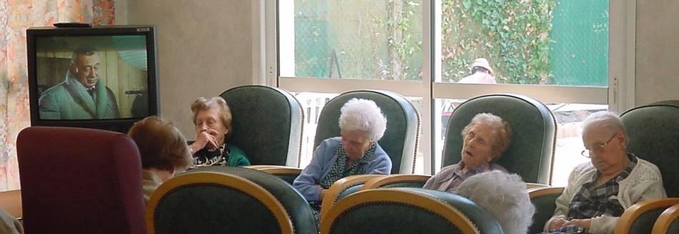 Personnes âgées en train de dormir devant Derrick dans une maison de retraite