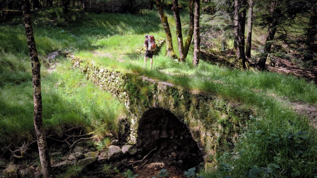 Julien traverse le pont du Vialais