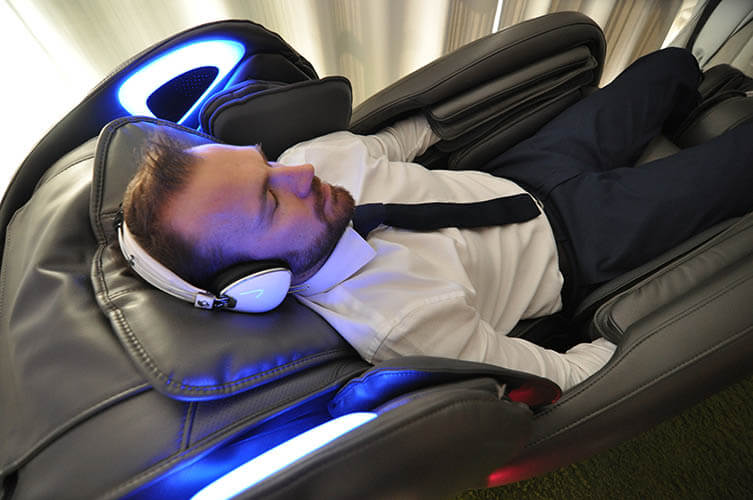 Un homme se repose dans un fauteuil high-tech de bar à sieste, à Paris