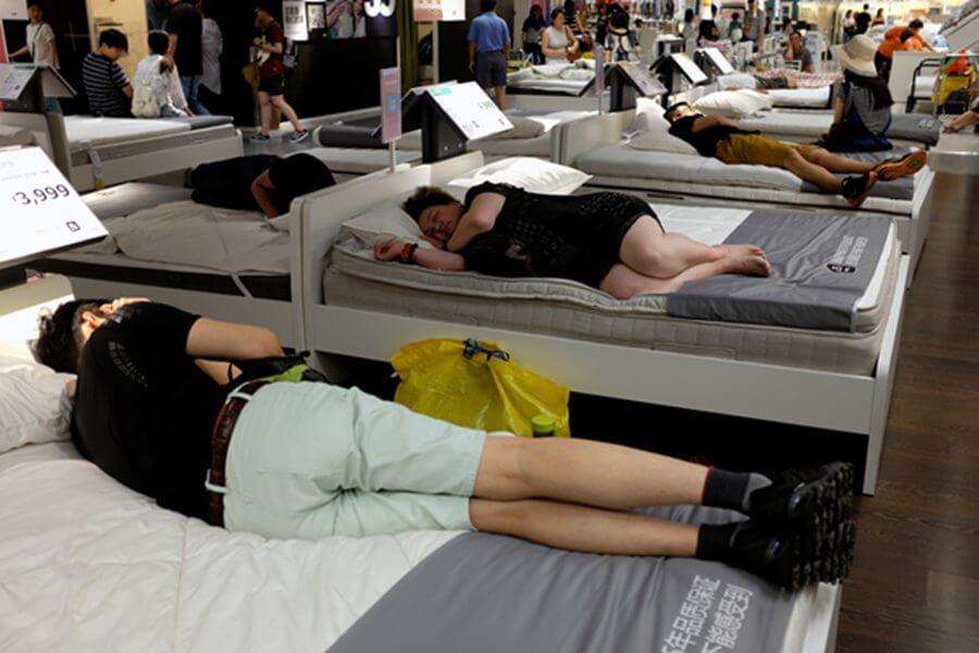 Des Chinois font la sieste sur les matelas d'Ikea à Shanghai