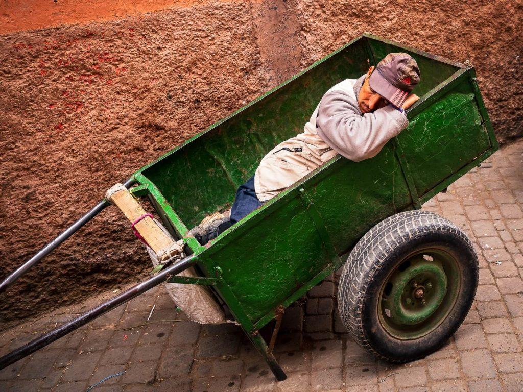 Un homme marocain fait la sieste dans une charette à Marrakech