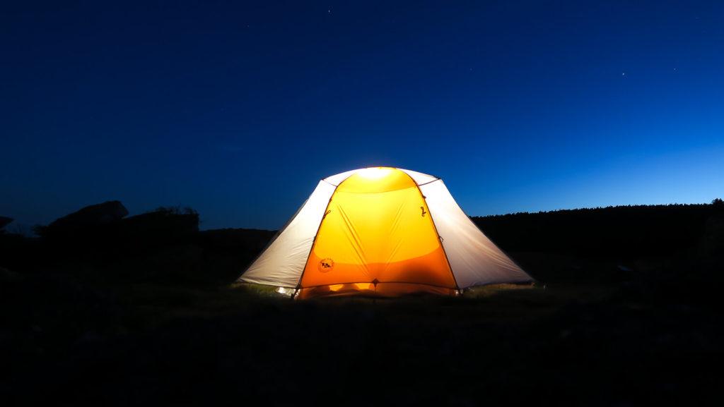 Tente éclairée de nuit