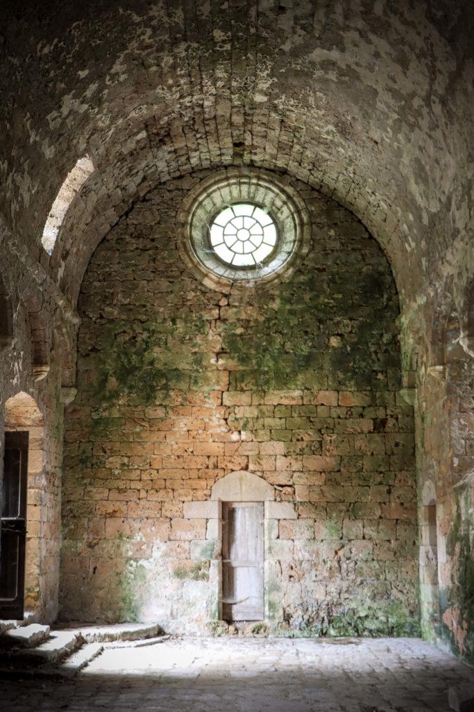 La nef de l'église de Sainte-Marie-des-Cuns dans le hameau des Cuns en Aveyron
