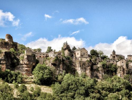 Village perché de Cantobre vu d'en bas