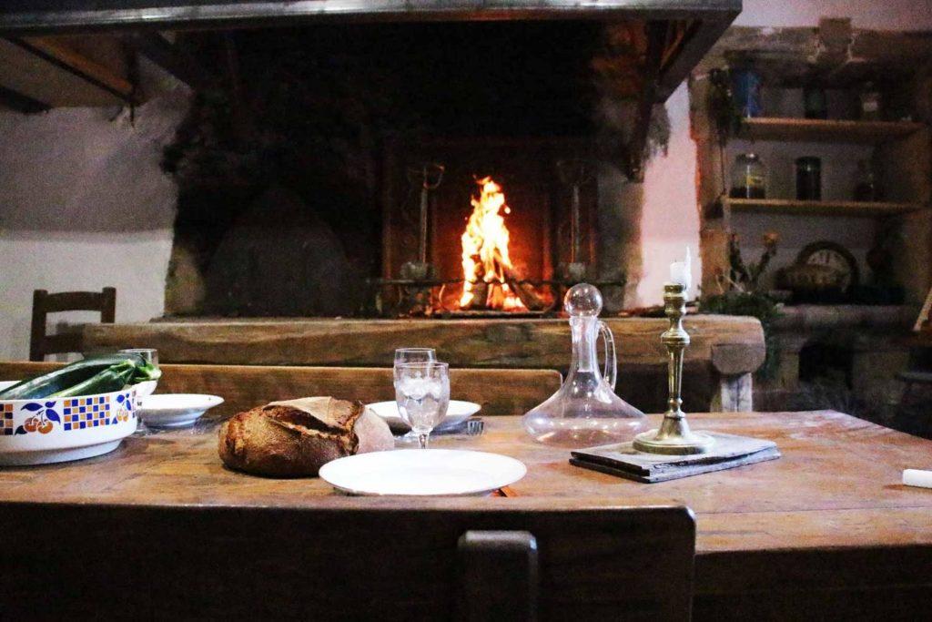 Cheminée à foyer ouvert du gîte du Moulin de Cantobre, qui vous mitonnera de petits plats lors de votre weekend en Aveyron