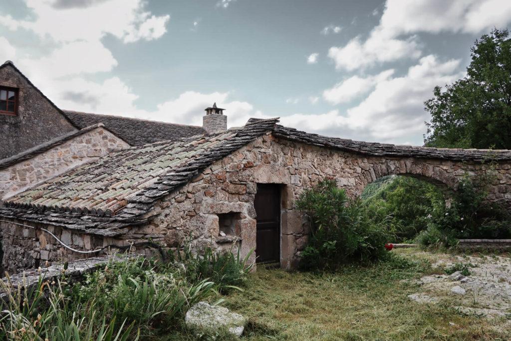 Maison de pierre traditionnelle dans le village de Cantobre