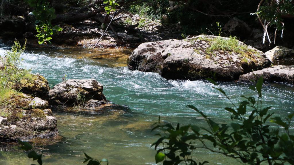 Vue sur les eaux bleues de la Dourbie pour un weekend en Aveyron placé sous le signe de la fraîcheur