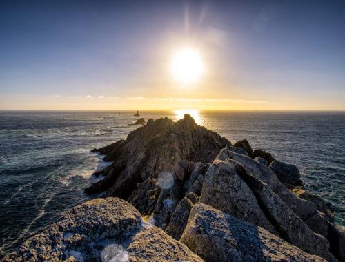Coucher de soleil à la Pointe du Raz, à ne pas manquer lors de votre road-trip en Bretagne