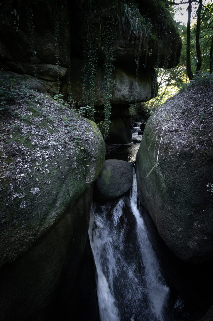 Le Gouffre de la forêt de Huelgoat : une cascade qui plonge à travers les rochers