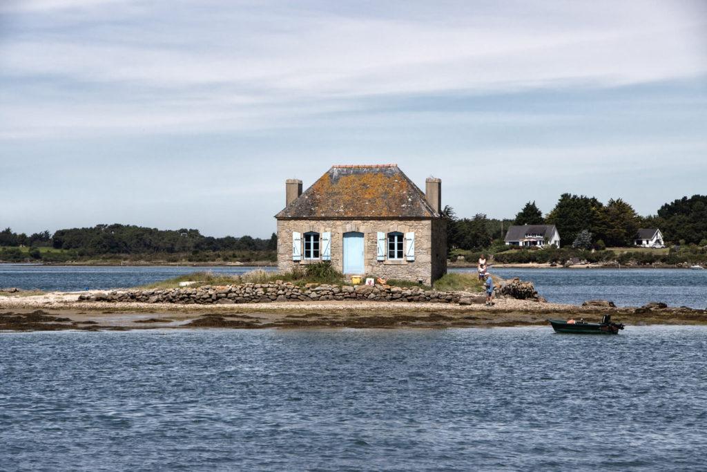 Îlot de Nichtarguér où se trouve la célèbre maison aux volets bleus, à Saint-Cado