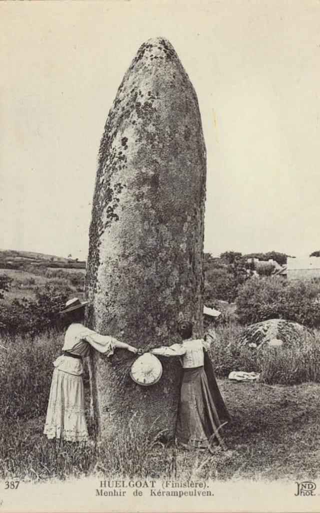 Photographie ancienne représentant des femmes encerclant le menhir de Kérampeulven