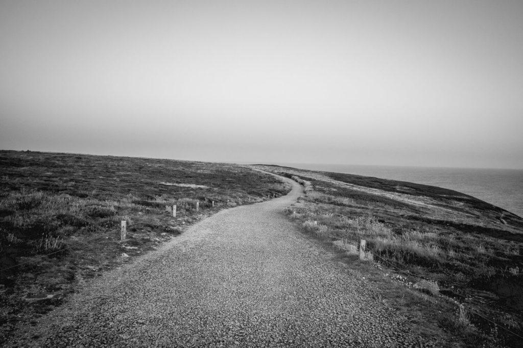 Sentier côtier à la Pointe du Raz photographié en noir et blanc
