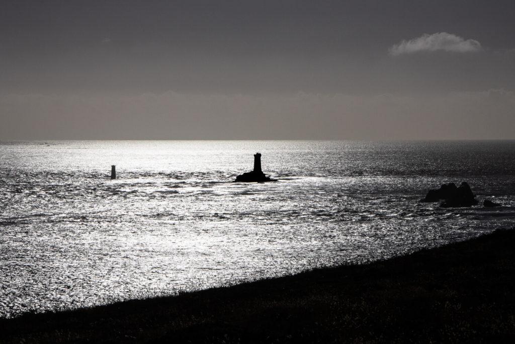 En ombres chinoises, le phare de La Vieille à la Pointe du Raz