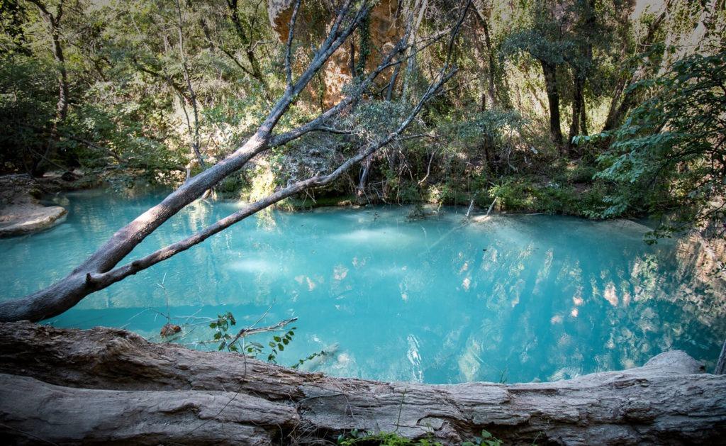 La rivière La Bresque, à Sillans-la-Cadcade, avec son eau turquoise laiteuse