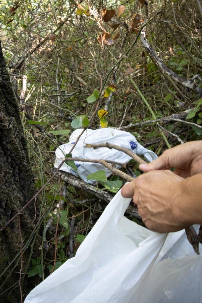 Repêchage d'un sac-poubelle trouvé dans les buissons à Sillans-la-Cascade