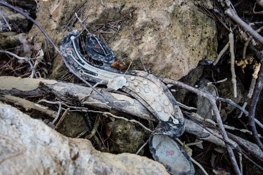 Semelle en plastique trouvée au bord de la cascade de Sillans