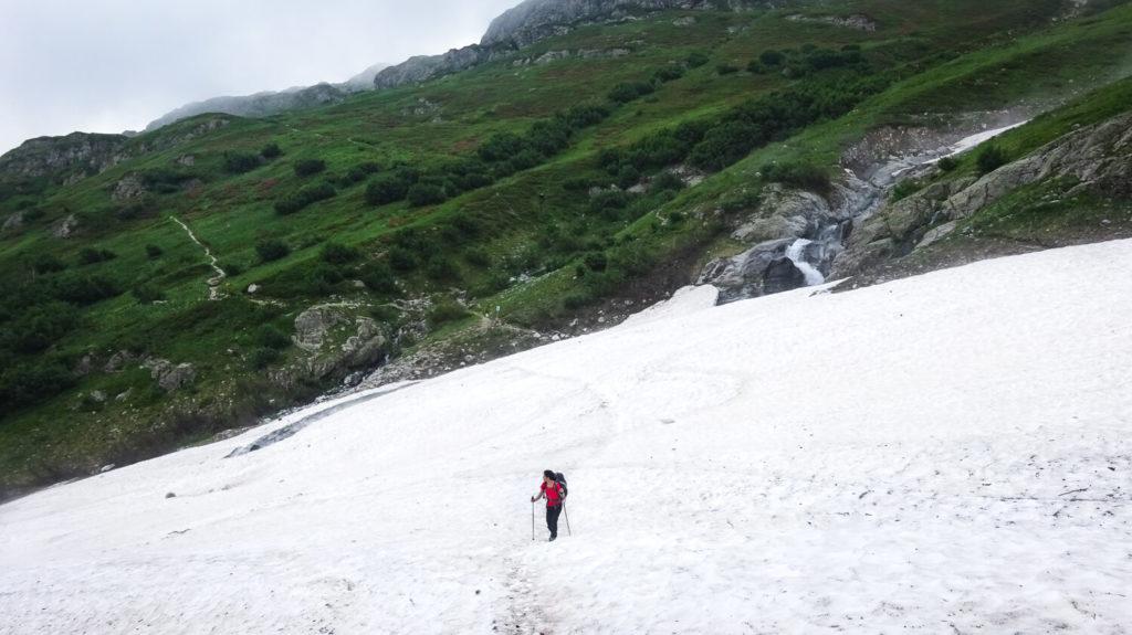 Traversée d'un névé important dans le massif des Écrins, marche d'approche des Rouies
