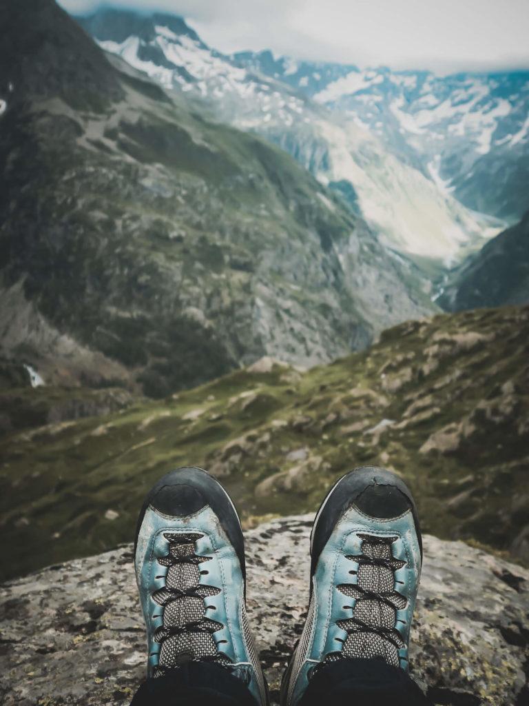 Paire de chaussures d'alpinisme face à un panorama