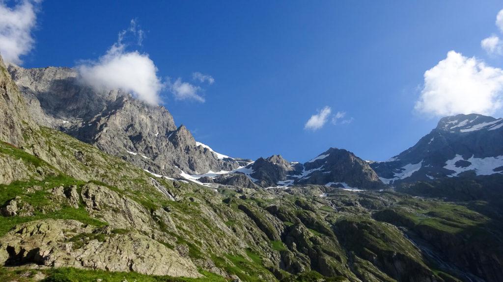 Panorama de montagnes en été près du refuge du Pigeonnier dans les Écrins