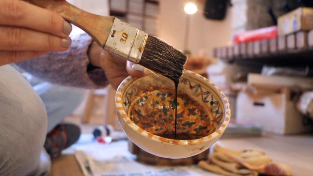 Bol contenant du café et pinceau brosse